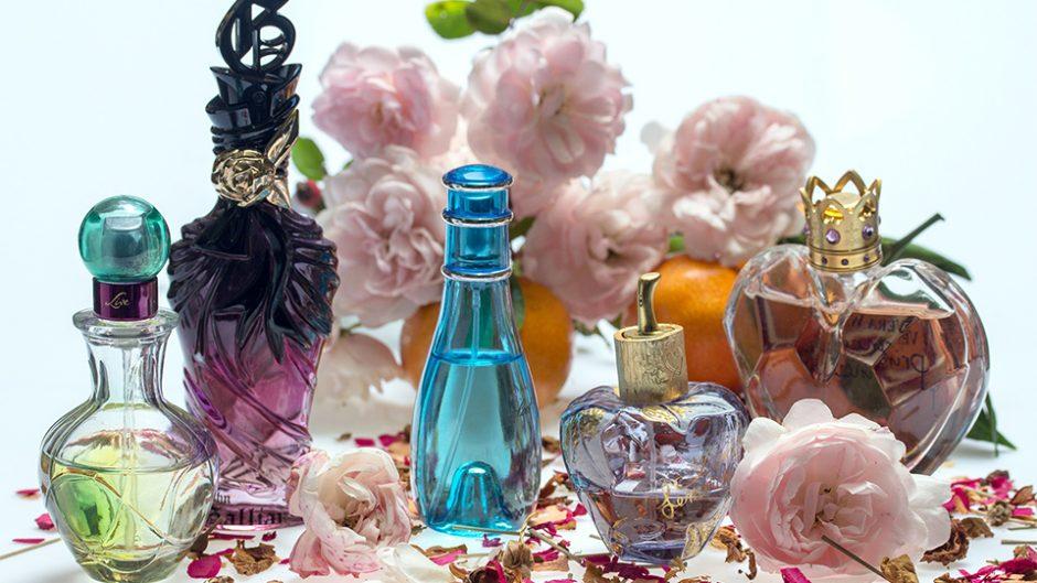 芸術的なデザインの香水瓶が並ぶ! 「ヴィンテージ香水瓶と現代のタピスリー」