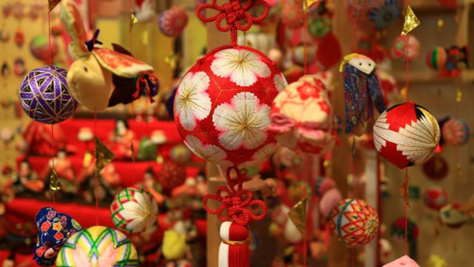 蔵屋鳴沢で伊豆稲取の風習「つるし飾り雛」を展示