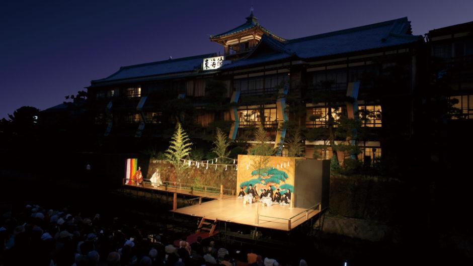 日本の伝統に魂が震える。美しき水上薪能、野村萬斎の舞。