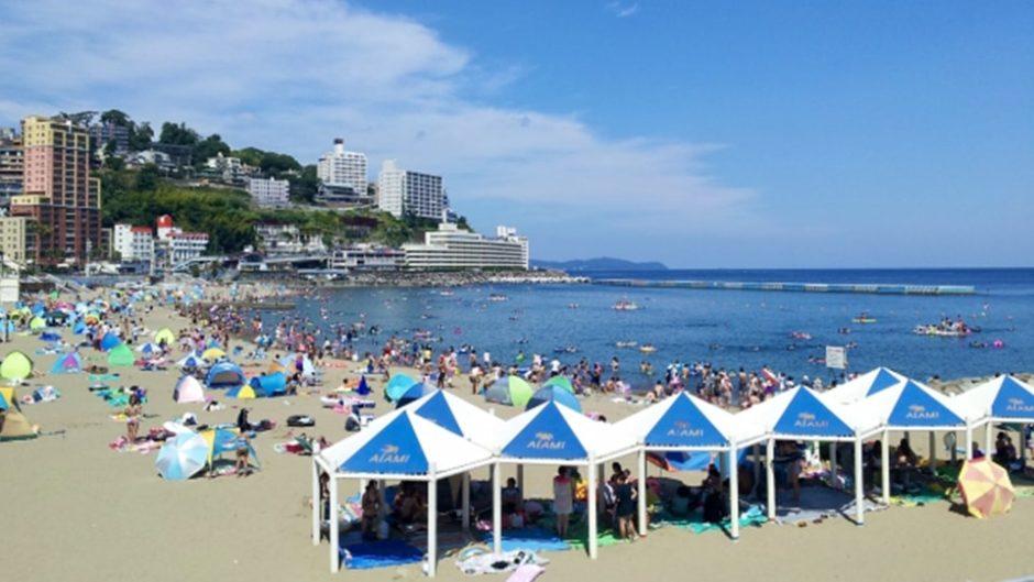 ラグジュアリーな海水浴場「熱海サンビーチ」の名物は「海上アスレチック」