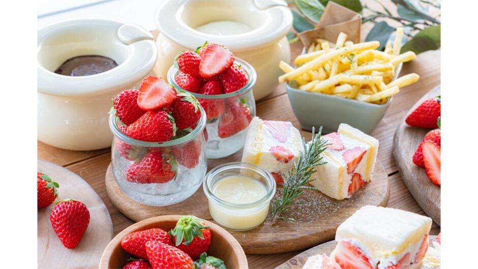 いちごサンドも食べられる人気企画「産直!完熟いちご30分食べ放題」